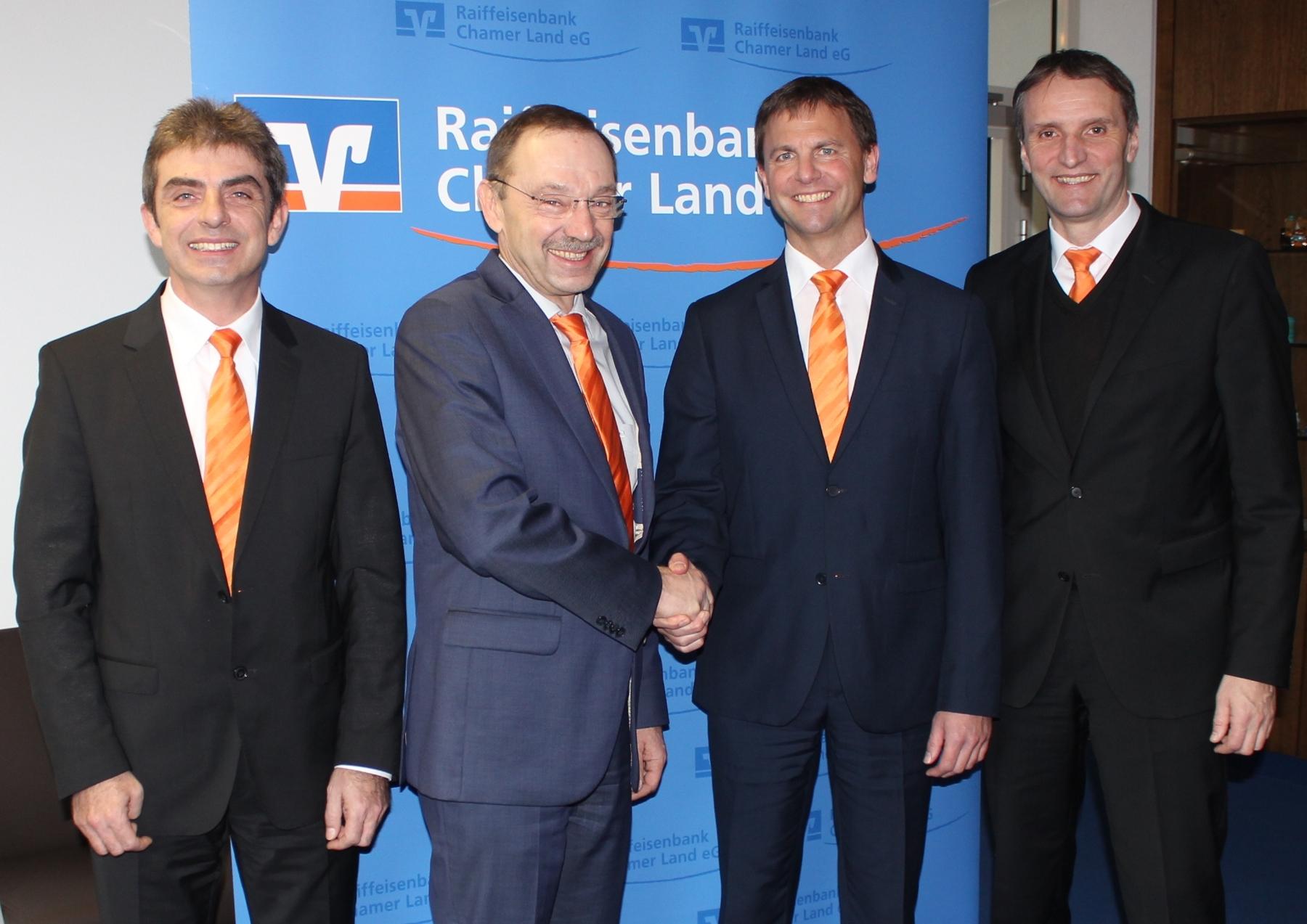von links: Vorstand Reinhard Paulus, Regionadirektor Arthur Schiegl, Albert Luxi und Vorstand Thomas Koch